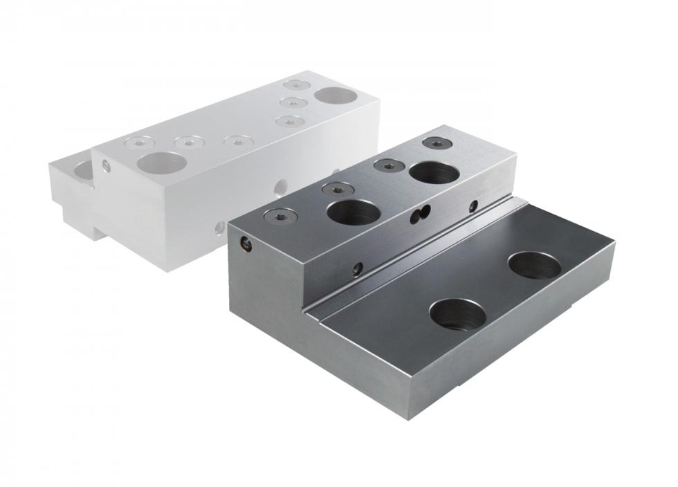 Step jaw movable for gripper studs
